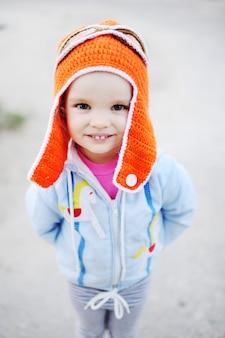 Baby im versuchshut lächelnd an der kamera