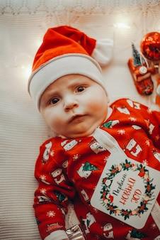 Baby im weihnachtsmannkostüm