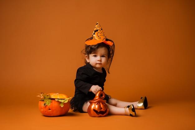 Baby in einem hexenkostüm für halloween