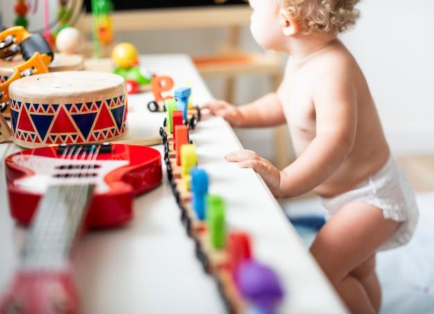 Baby in einer windel in einem spielzimmer