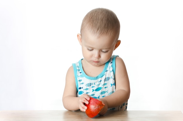 Baby isst einen granatapfel, reif und saftig, sehr lecker und freudig