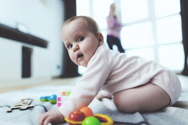 Baby ist unbeaufsichtigt. während die frau telefoniert.