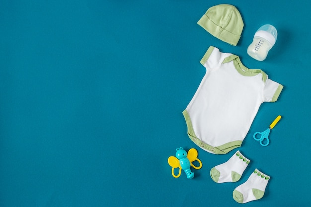 Baby kleidung. pflegeprodukte für neugeborene.