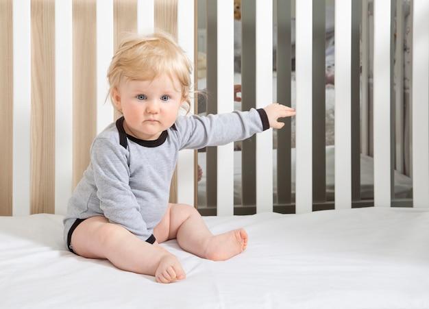 Baby kleinkind in babybett.