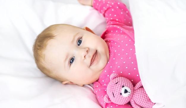Baby kleinkind spielt in der krippe. selektiver fokus.