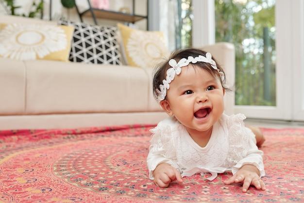 Baby kriecht auf teppich