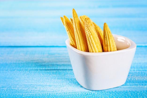Baby-mais oder mini-mais. es ist in der regel das gegessene ganze kolben für die menschliche co enthalten