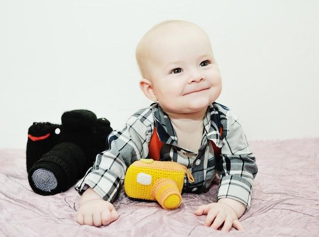 Baby mit einer spielzeugkamera