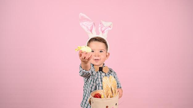 Baby mit hasenohren und eiern. hochwertiges foto