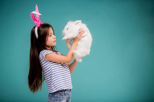 Baby mit kaninchen