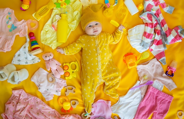 Baby mit kleidung und accessoires.