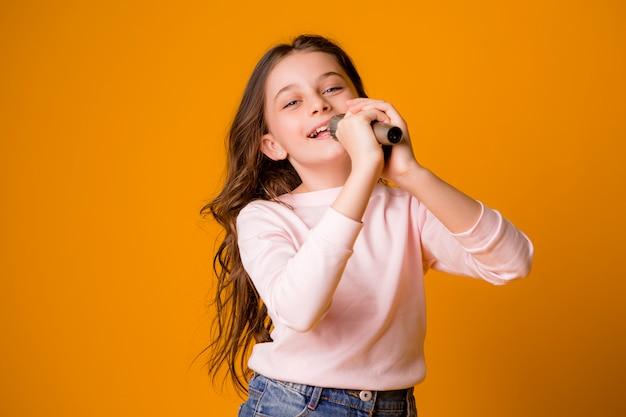 Baby mit mikrofon lächelnd singend
