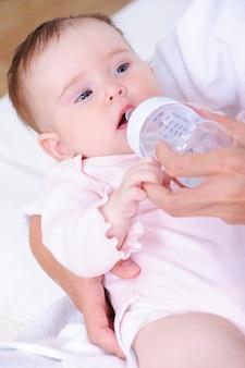 Baby mit plastikflasche