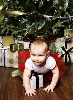 Baby mit weihnachtshintergrund. glückliches neues jahr!
