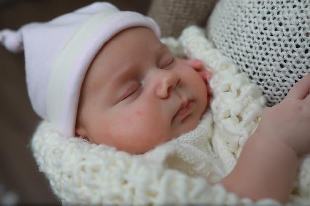 Baby neugeborenes schlafend in eine warme decke eingewickelt
