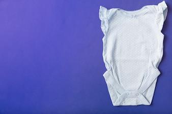Baby onesie auf blauem Hintergrund