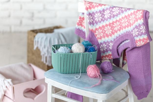 Baby-pullover, der an der weißen backsteinmauer hängt