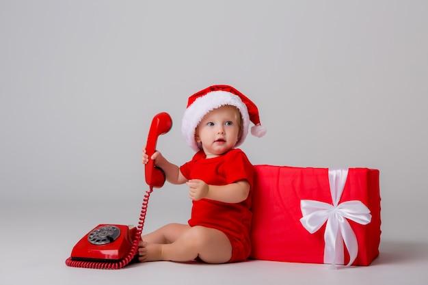 Baby santa auf licht zu isolieren, platz für text