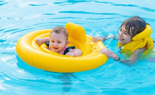 Baby schwimmt in einem gummiring auf dem meer