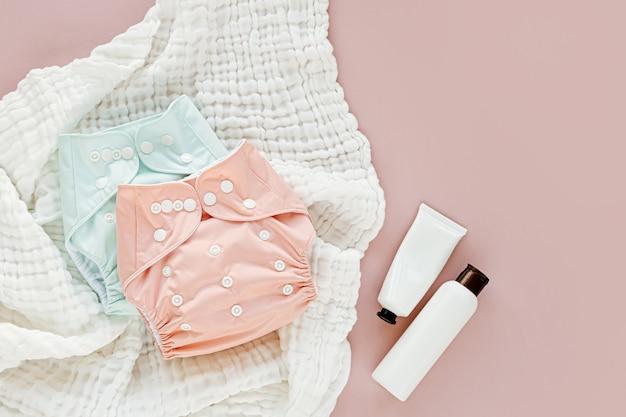Baby-set aus stoffwindel mit einlage und musselin-windeldecke. set neugeborenes zubehör. flache lage, ansicht von oben