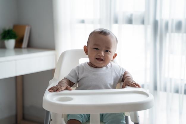 Baby sitzt auf hochstuhl