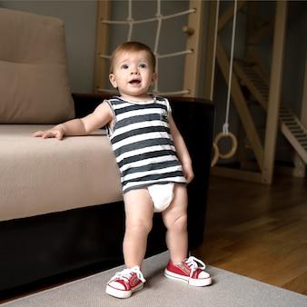 Baby spielt zu hause sport, babys arsch in einer windel.