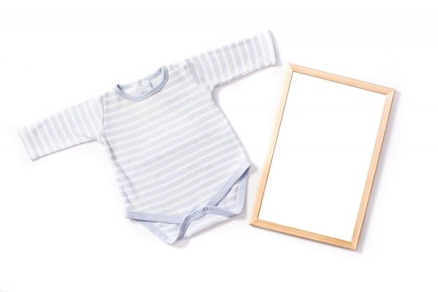 Baby strampler mit einem holzrahmen