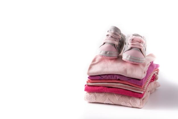 Baby strampler und babyschuhe lokalisiert auf weißem hintergrund