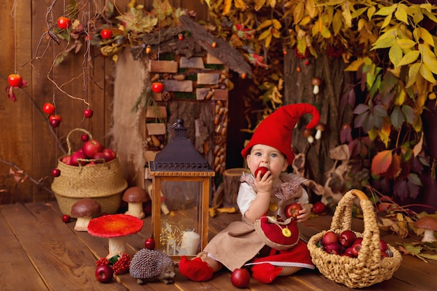 Baby trägt gnom kostüm für halloween