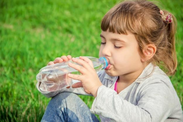 Baby Zappelt Beim Flasche Trinken