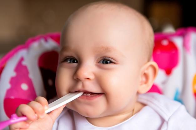 Baby und isst unabhängig