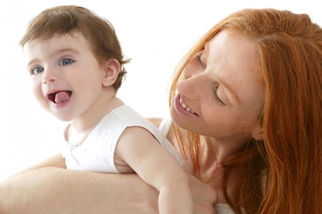 Baby und mutter in liebe umarmen weiß