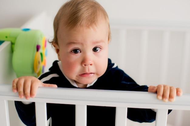 Baby weint in der krippe