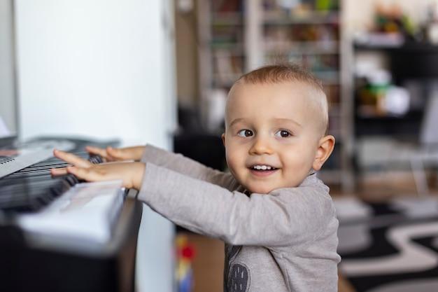Baby will zu hause klavier spielen, kind mag klassische musik.