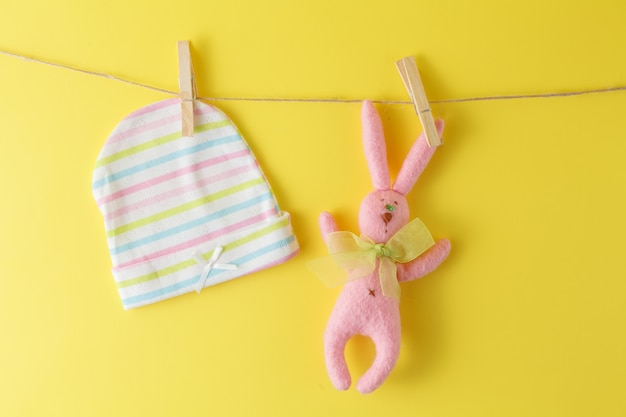 Babyartikel hängen an der wäscheleine