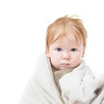 Babybadeporträt im tuch