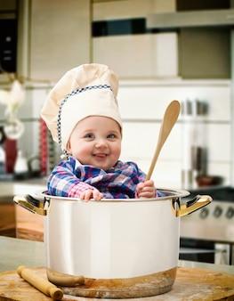 Babychef in einem stahltopf
