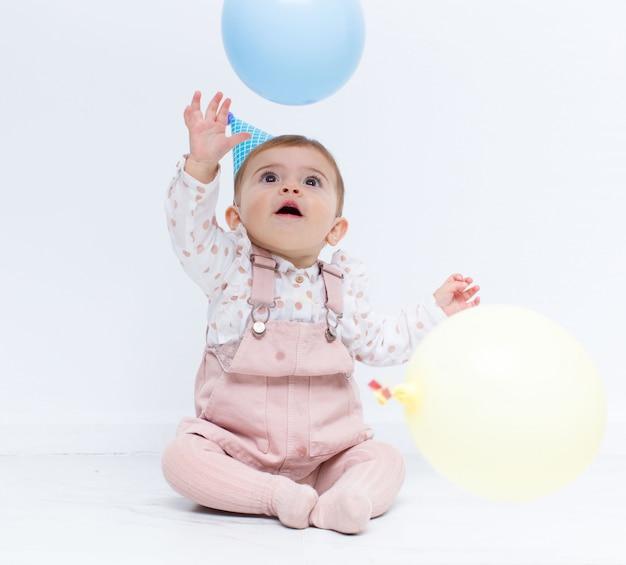 Babygeburtstagsfeier mit luftballons