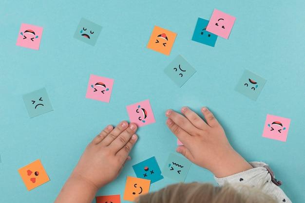 Babyhände, die mit lächelnden gesichtern spielen