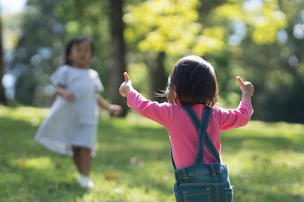 Babykinder zeigen daumen hoch