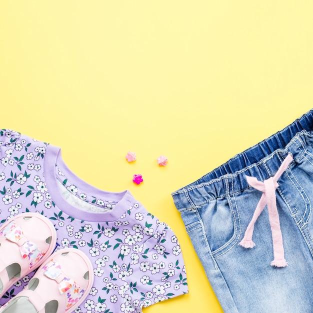 Babykleidung auf gelbem hintergrund