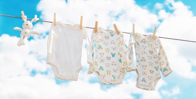 Babykleidung trocknet auf der straße
