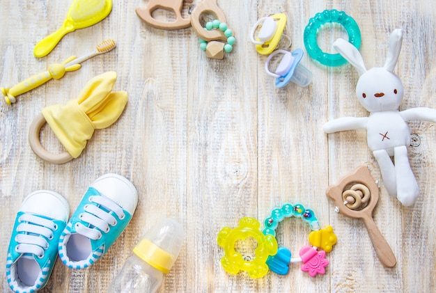 Babykleidung und accessoires an einem licht.