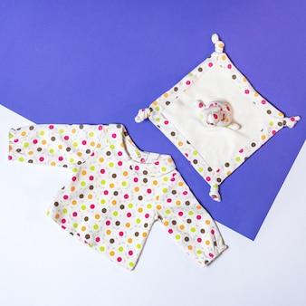 Babykleidung und spielzeugzeug, babymodekonzept