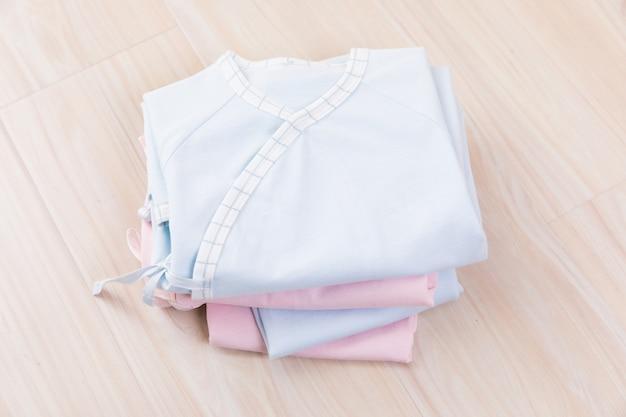 Babykleidung und zubehör auf holz