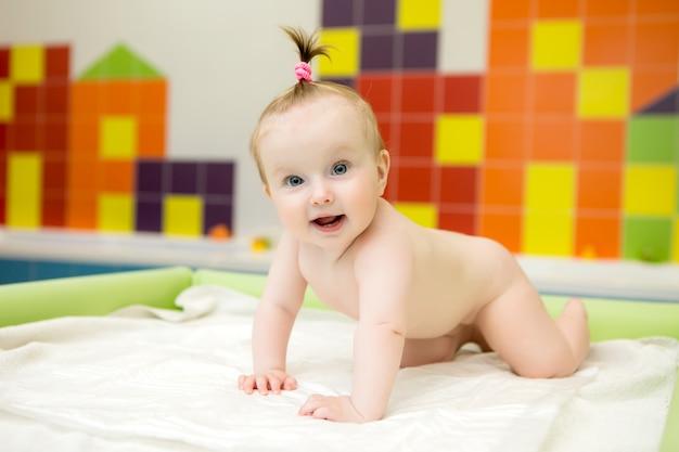 Babymassage, arzt massiert oder macht gymnastik baby