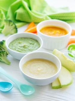 Babynahrung, auswahl an obst- und gemüsepüree, flachgelegt, draufsicht