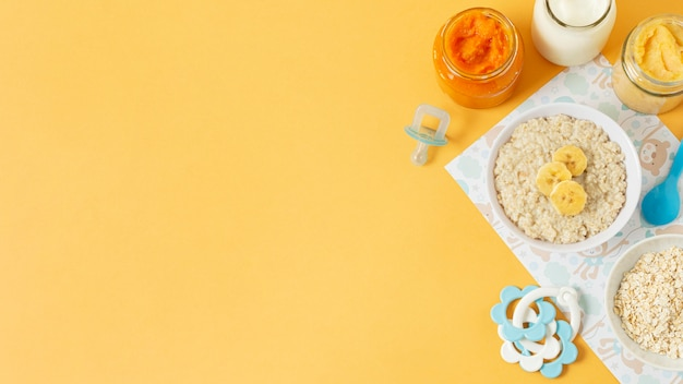 Babynahrungsrahmen mit gelbem hintergrund