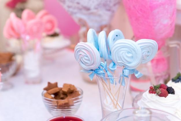 Babyparty und bonbons auf dem tisch