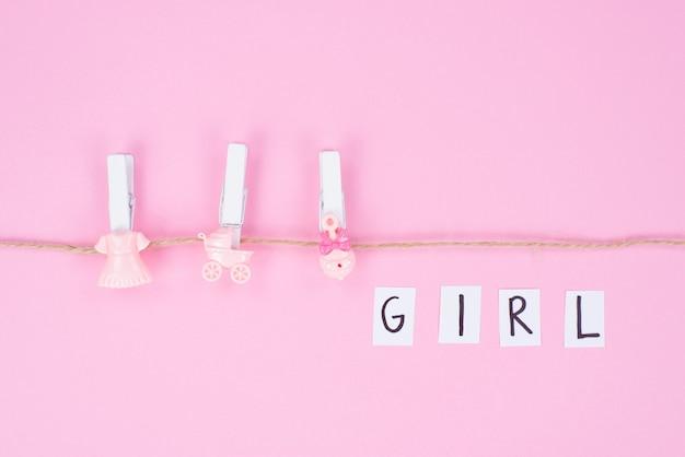 Babypartykonzept. foto des minimalen hintergrunds mit schönem dekor und platz für isolierten rosa hintergrund des textes